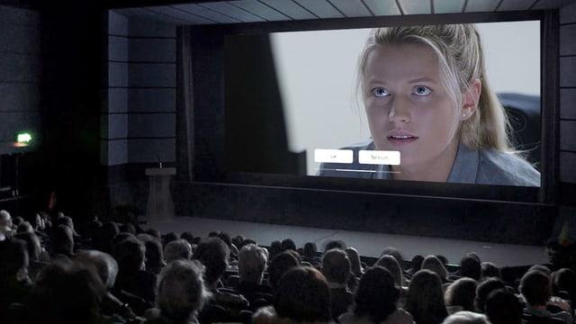 """Voller Kinossal, auf der Leinwand ist eine Frau zu sehen, darunter zwei Flächen mit den Aufschriften """"Lie"""" und """"Tell Truth""""."""
