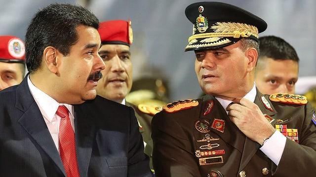 Venezuelas Präsident Maduro und Verteidigungsminister Padrino schauen sich in die Augen.