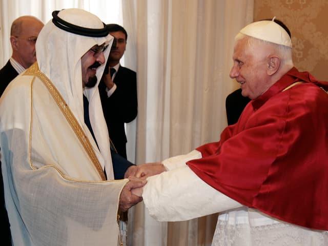 Papst Benedikt XVI. hält Abdullas Hände