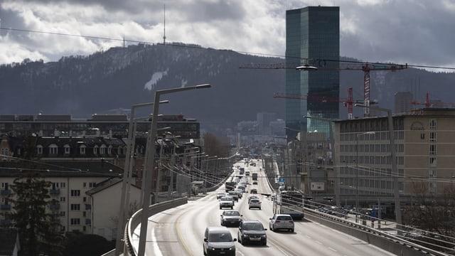Autos fahren in Zürich am Prime Tower vorbei.
