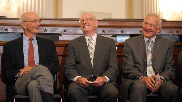 Michael Collins mit Edwin Aldrin und dem einstigen Kommandanten Neil Armstrong, der im August 2012 starb.
