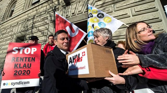 Sindicalists tar la surdada da l'iniziativa «AVS plus» il december 2013.
