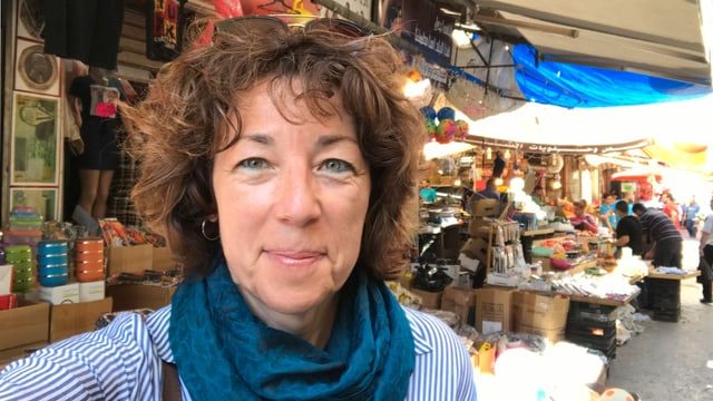 Susanne Brunner auf einem Markt im Nahen Osten.