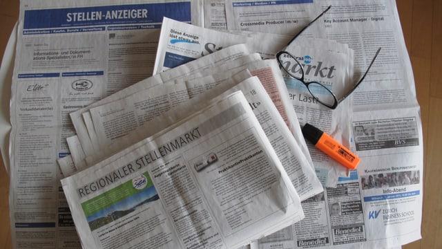 Aufgeschlagene Zeitung mit Stellenangeboten.