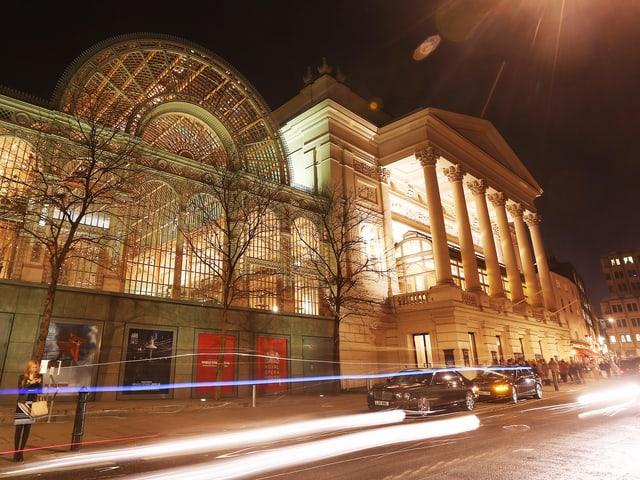 Operngeböude bei Nacht