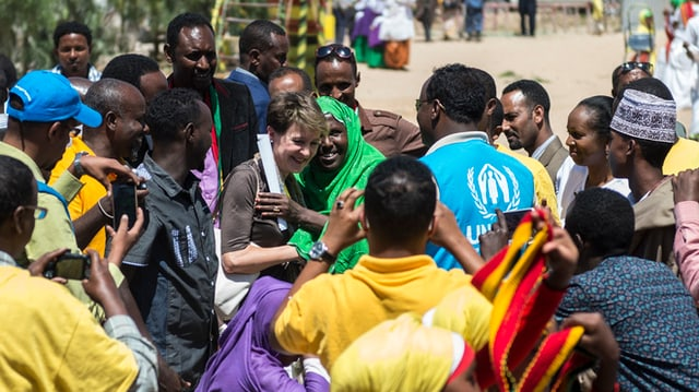 Menschen bestürmen im Flüchtlingslager Sheder die Bundespräsidentin.