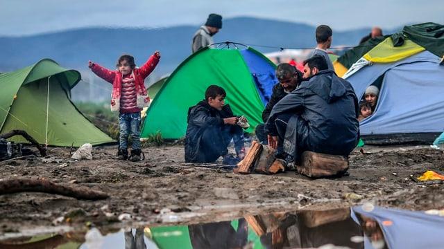 Einfache, bunte Campingzelte in Idomeni