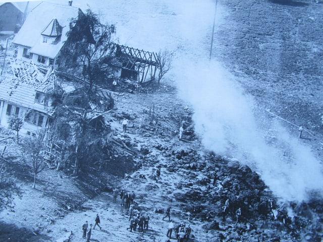 Absturzstelle und kaputte Häuser