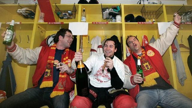 Mathieu Tschantré feiert den NLA-Aufstieg 2008 zusammen mit Fans in der Kabine.