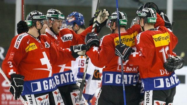 La squadra naziunala da hockey svizra sin il glatsch.