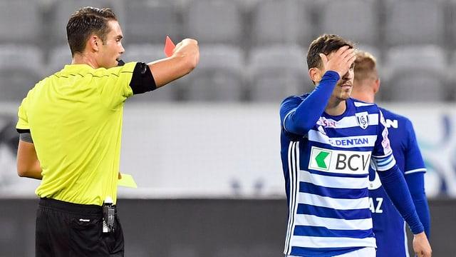 Olivier Custodio verdeckt beim Verlassen des Rasens sein Gesicht.