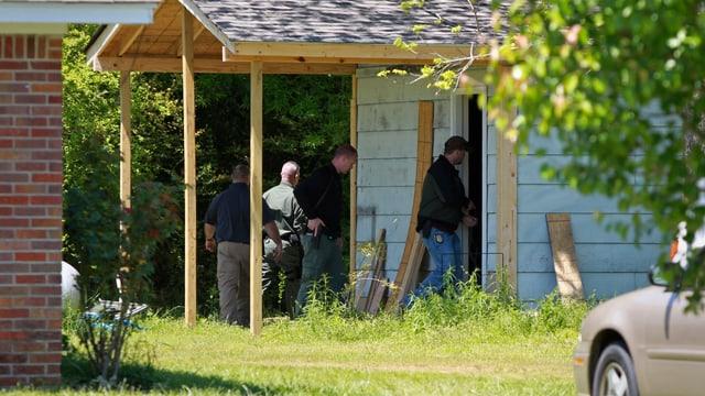 Sheriffs untersuchen das Grundstück eines Verdächtigen in Mississippi.
