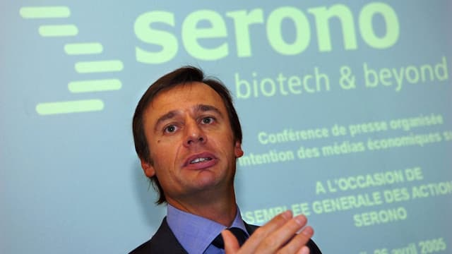 Bertarelli vor einem Serono-Logo.