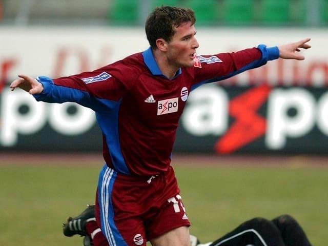 Der NLA-Durchbruch gelingt bei Servette Genf. In 64 Spielen erzielt der Basler 36 Tore.