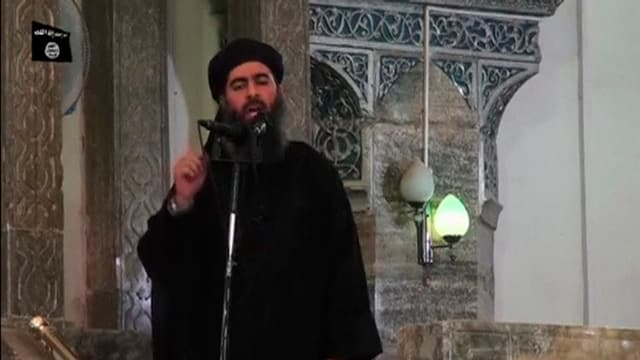 Abu Bakr al-Baghdadi predigt in einer Moschee.