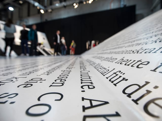 Zeitungsschrift am Boden