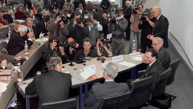 Die Führung von Ciba und Sandoz bei der Fusionsankündigung im Jahr 1996.