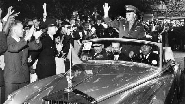Gagarin in offenem Auto. Menschen jubeln ihm zu.