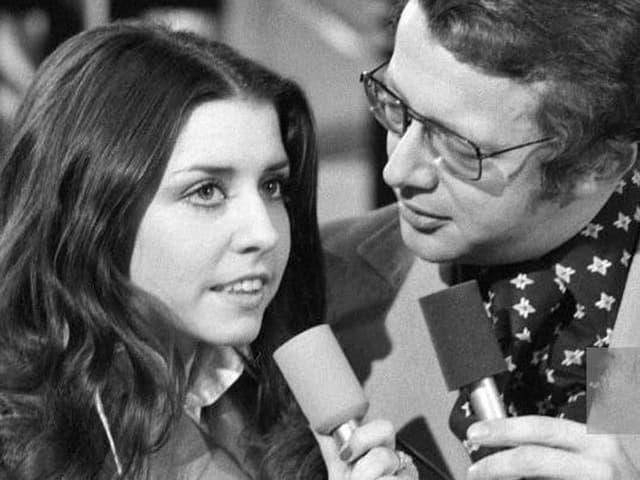 Tina wird von Dieter interviewt.