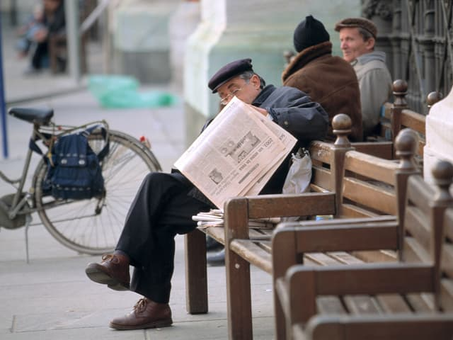 Mann liest Zeitung in Turin.