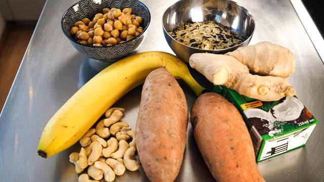 Las ingredienzias per ils patats dultschs cun curry.