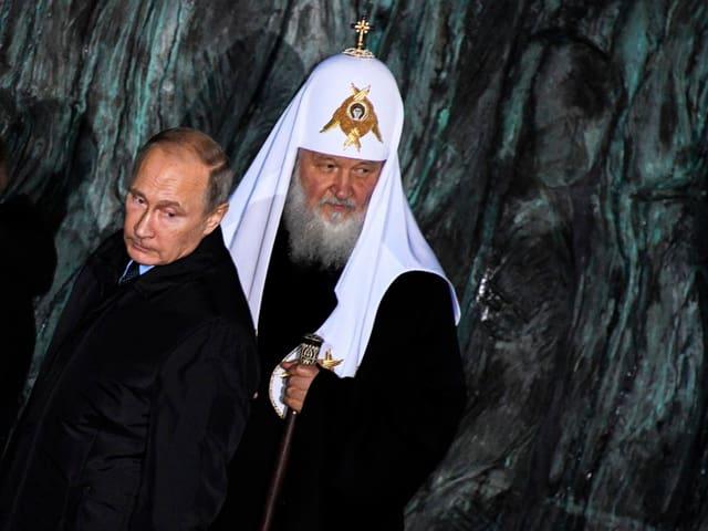 Putin weihte das Denkmal gemeinsam mit Kyrill, dem Vorsteher der russisch-orthodoxen Kirche, ein. (Moskau, 30.10.2017)