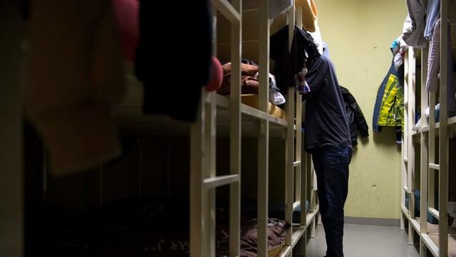 Requirent d'asil en in dals centers federals d'asil.