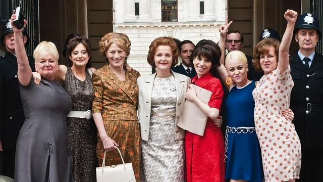 Eine Gruppe von Frauen feiert einen Erfolg.
