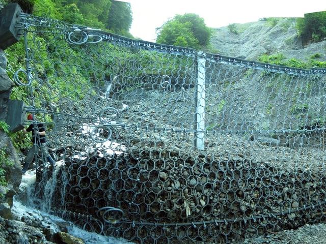 Riesennetz mit Steinen drin