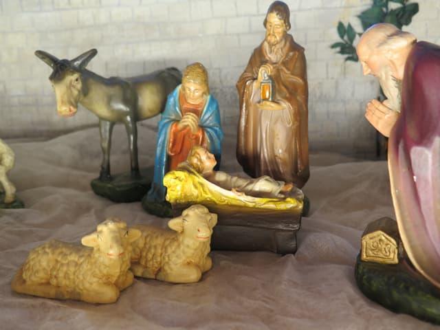 Krippe mit Maria, Joseph und einem Hirten, dazu zwei Schafe und ein Esel