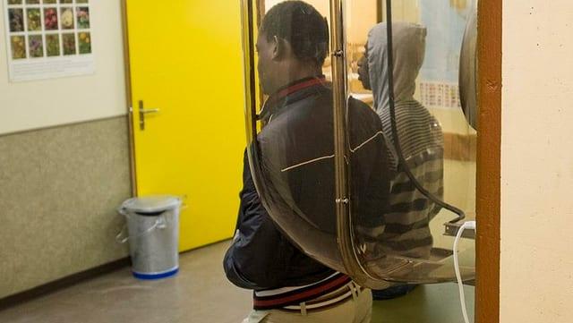 Zwei Asylsuchende im Zentrum Realp