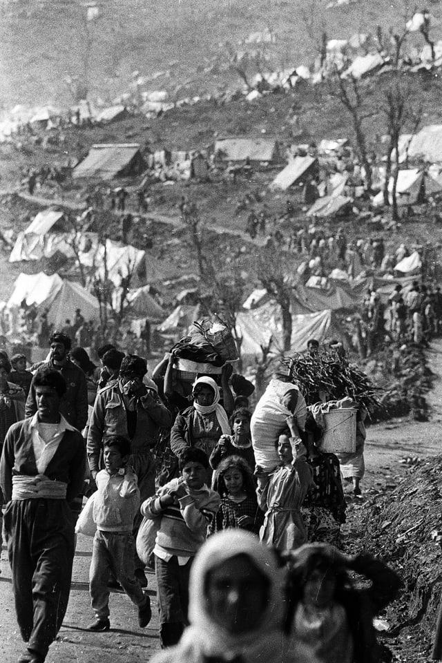 Kurden auf dem Weg in Flüchtlingslager im Osten der Türkei.