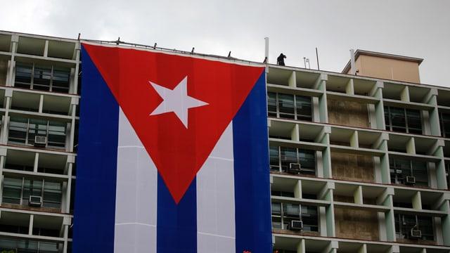 Riesige Kuba-Flagge hängt vom Flachdach des Innenministeriums in Havanna herunter