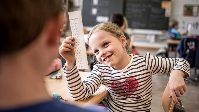 Schulkind am Kopfrechnen