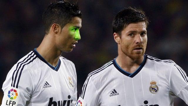 Cristiano Ronaldo wird von einem Laserpointer belästigt.