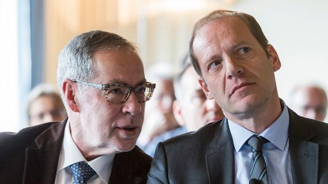 Zwei Männer im Gespräch.