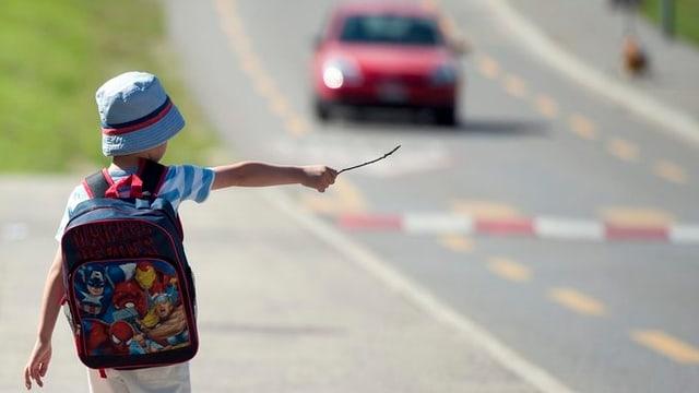 Kind unterwegs in die Schule
