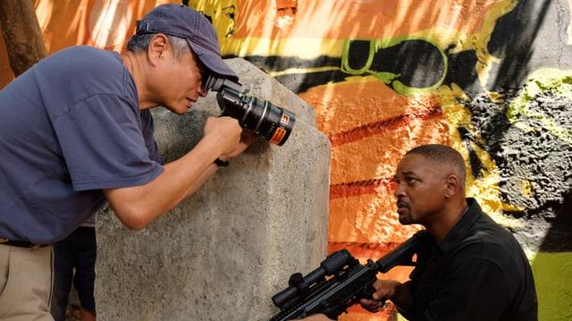 Will Smith posiert für Ang Lee mit einer Waffe. Lee filmt Smith.