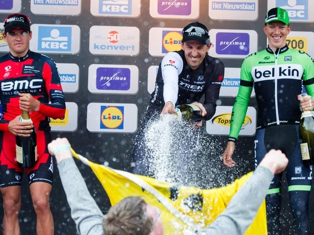 Fabian Cancellara bei der Siegerehrung nach seinem Triumph in Flandern.