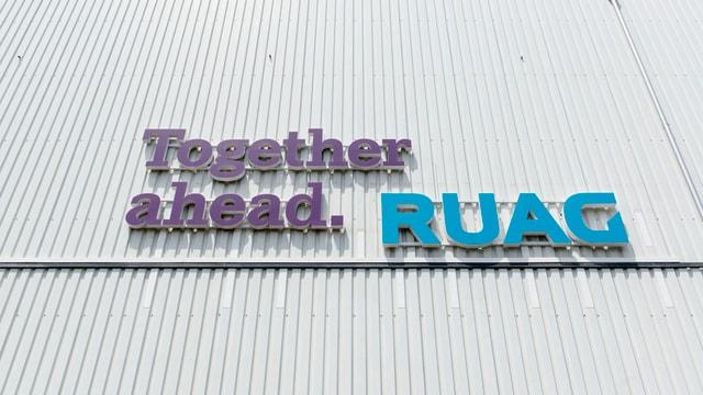 Schriftzug der Firma Ruag mit dem Spruch «Together ahead.»