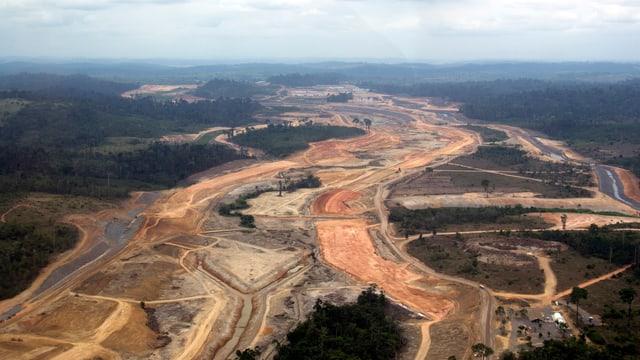 Eine grosse Baustelle mit kahlem Boden inmitten des Regenwaldes in Brasilien.