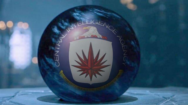 Kristallkugel, darin das Logo des CIA.