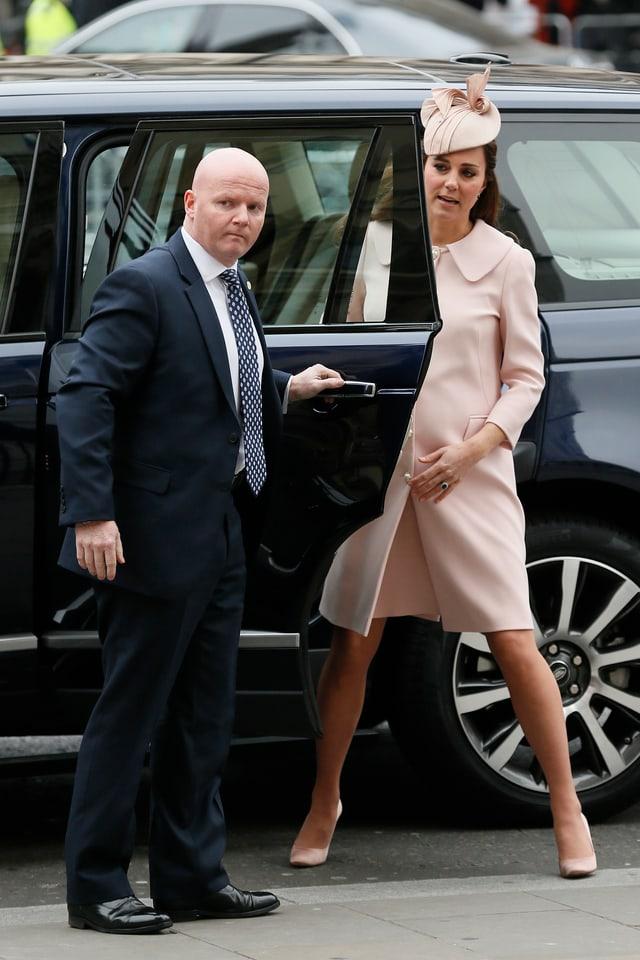 Herzogin Catherine steigt aus dem Auto.