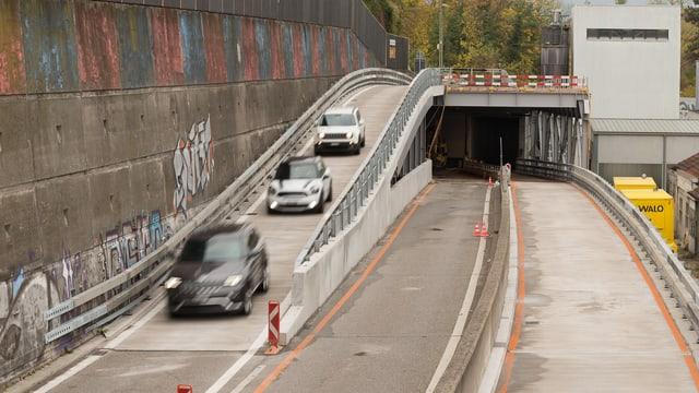 Drei Autos fahren über die Hilfsbrücke, im Hintergrund der gesperrte Tunnel.