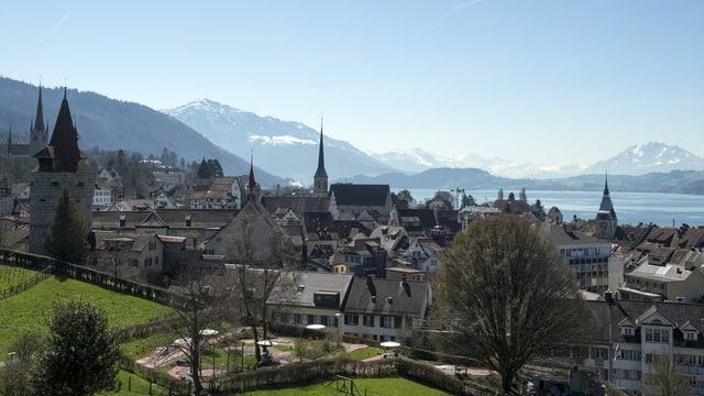 Stadt Zug mit See und Bergpanorama