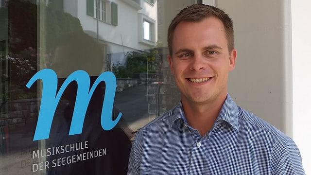 Fabio Küttel steht vor der Musikschule Seegemeinden.