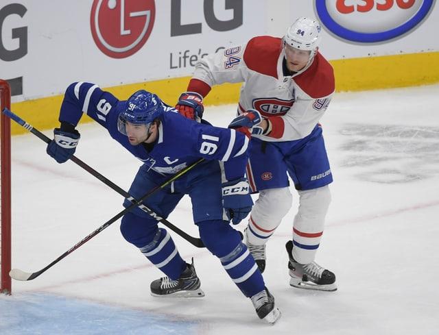 John Tavares von den Toronto Maple Leafs (links) im Zweikampf mit Corey Perry (rechts) von den Montreal Canadiens