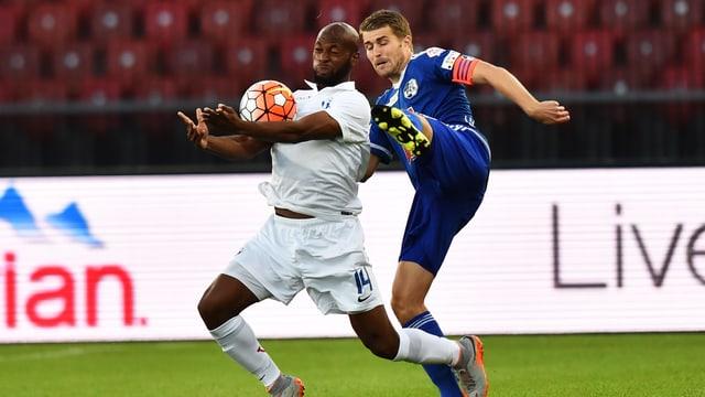 Etoundi kämpft mit Lustenberger um den Ball