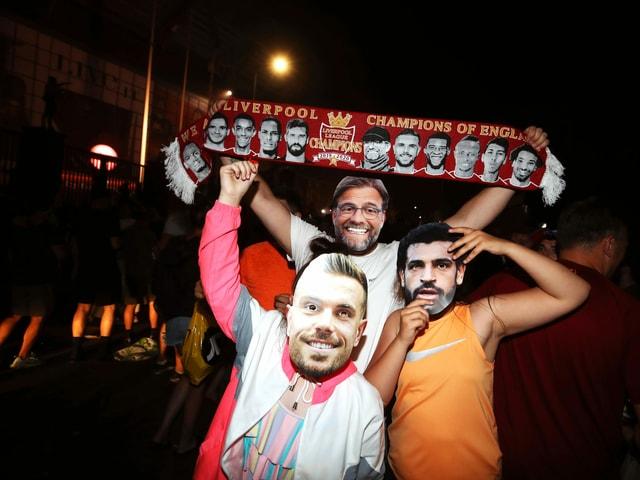 Fans posieren als Jordan Henderson, Mohamed Salah und Jürgen Klopp.