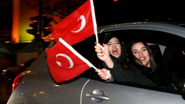 Jubelnde Türken in Berlin schwenken Fahnen